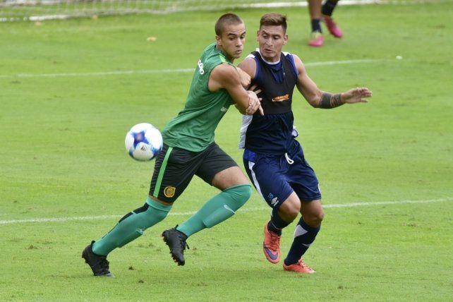 Proyecto. Matías Mansilla se esfuerza para que el jugador de Vélez no avance.