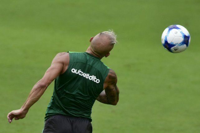 De arriba. Pinola se eleva y peina la pelota para que el Ruso Rodríguez pueda controlar. Jugó junto al paraguayo Leguizamón.