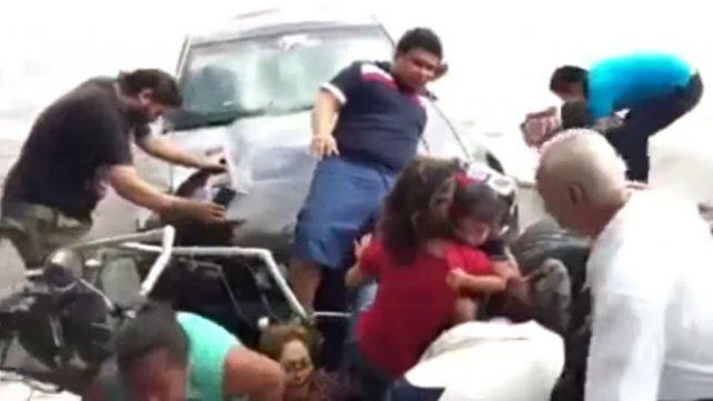 Un piloto perdió el control de su auto en una exhibición y atropelló a seis personas