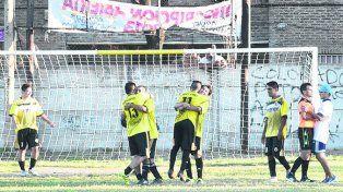 Festejo. Alianza celebra la clasificación tras igualar agónicamente ante General Paz.