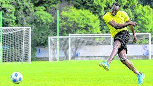 Siempre en grande. El jamaiquino quiere jugar al fútbol profesional cuando deje las pistas de atletismo.