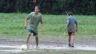 En la imagen Kevin Aguirre, de 16 años, aparece junto a un amigo jugando al fútbol en el barrio.