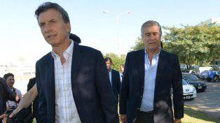 El presidente Macri y Oscar Aguad, el ministro de Comunicaciones de la Nación.
