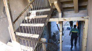 Provisorio. Defensa Civil tuvo que realizar una estructura de apuntalamiento para poder acceder a las viviendas.