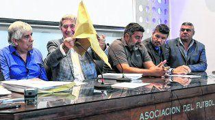 Sobre. Armando Pérez muestra que ya vació todo el contenido. Junto al presidente de la Comisión Normalizadora estuvieron Moyano, Angelici, Tinelli y Tapia, entre otros.