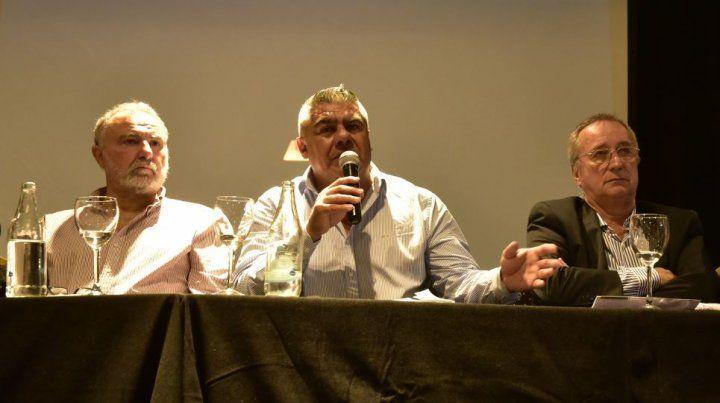 Conformes. Chiqui Tapia, secundado por los rosarinos Daniel Mariatti (Argentino) y Raúl Broglia (Rosario Central), en la conferencia de prensa tras la reunión.