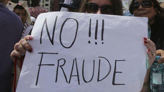 La oposición salió a las calles desde el domingo a la noche y no duda en denunciar fraude.