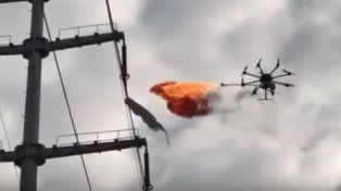 Usan un dron lanzallamas para limpiar la basura en altura
