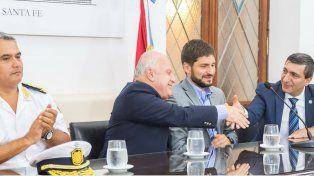 El gobernador Miguel Lifschitz estrecha la mano del director general de la Policía de Investigaciones, Daniel Corbellini.