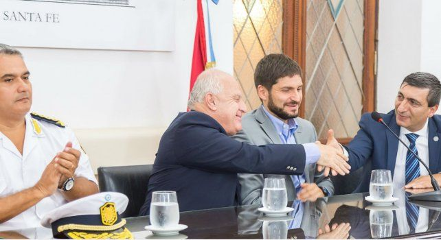 El gobernador Miguel Lifschitz estrecha la mano del director general de la Policía de Investigaciones