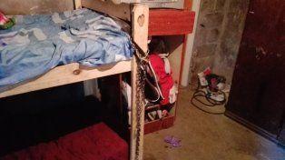 La cama donde la menor estaba encadenada. (Foto vía Twitter @MaxiRaimondi)