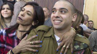 Apoyo. Azaria, de 21 años , junto a su madre ayer al ingresar a los tribunales de Tel Aviv.