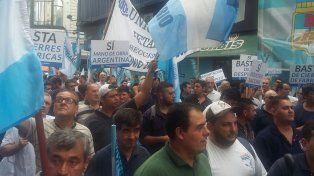 Los metalúrgicos también protestaron frente a la sede local del ministerio de Trabajo contra las políticas económicas del gobierno de Mauricio Macri.