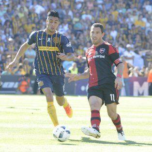 Maxi y Camacho, en el último clásico jugado en Arroyito. (Foto de archivo)