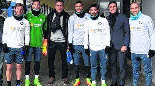 En Milán. Ansaldi, Carrizo, Bauza, Icardi, Banega, Zanetti y Palacios posan durante la práctica en la que los visitó el Patón.
