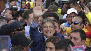 festejo. El candidato opositor Guillermo Lasso celebró el anuncio con una multitud de seguidores en Quito, frente al organismo electoral.
