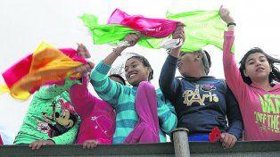 protesta. Niñas mexicanas manifestaron contra el muro en Ciudad Juárez, frente al río Grande.