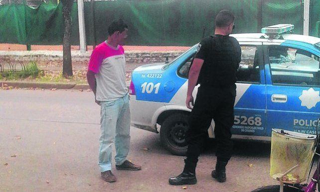 Detención. El imputado es llevado por el móvil policial.