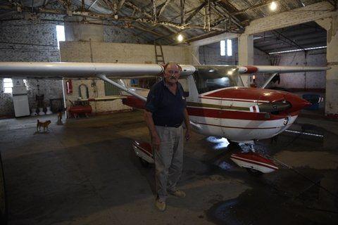 Una de las víctimas. El jardinero en el hangar del aeródromo de Victoria dijo que actuaron a cara descubierta.