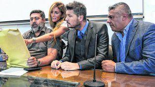 Mirando números. Daniel Angelici, Marcelo Tinelli y Chiqui Tapia durante la reunión en la AFA.