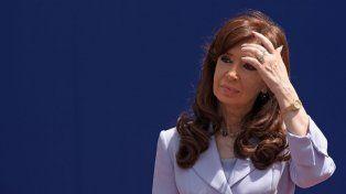 La acusación contra la expresidenta es por supuestamente haber beneficiado durante el gobierno de su esposo, el expresidente Néstor Kirchner, y el suyo con el otorgamiento de obra pública vial al empresario Lázaro Báez.
