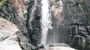 Belleza natural. La caída de agua tiene una hoya de 30 metros de diámetro y varios de profundidad, es el gran atractivo de la zona..