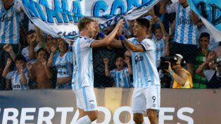Menéndez y Zampedri celebran una de las conquistas tucumanas para acceder a la Libertadores.