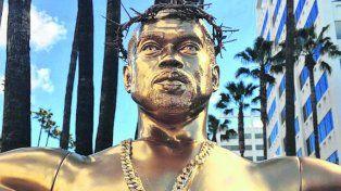 Un Kanye West dorado a metros del Dolby Theatre