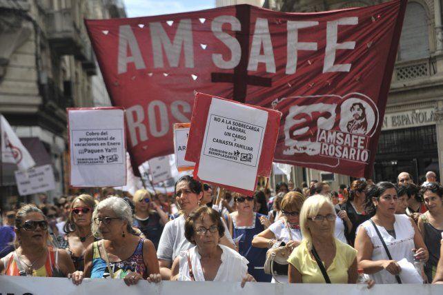 Disgusto. La movilización de Amsafé Rosario unió las plazas 25 de Mayo y San Martín.