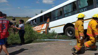 Más de 20 ambulancias trabajaron en la ruta 33 para retirar los muertos y heridos del choque entre dos Monticas.
