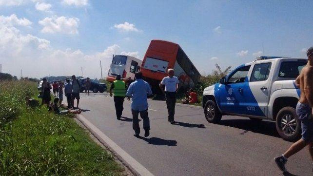 Dos micros de la empresa Monticas colisionaron hoy en la ruta 33 a la altura de Pérez.