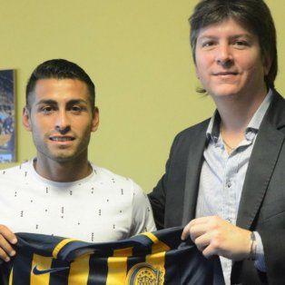 Federico Carrizo durante su presentación oficial como nuevo jugador canalla, junto al vicepresidente Luciano Cefaratti.
