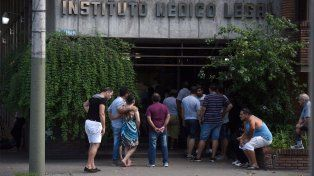 Angustiante espera. Los familiares se acercaron hasta el Instituto Médico Legal para reconocer los cuerpos.