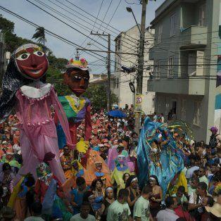Los primeros. Los integrantes del bloco Carmelitas iniciaron los desfiles por las calles de la ciudad carioca.
