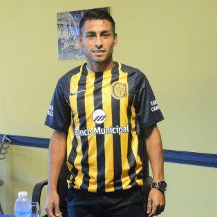 Canalla. Federico Carrizo posó con la camiseta de Central luego de ser presentado de manera oficial.