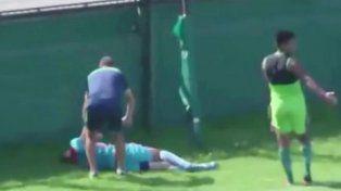 El delantero Imbert se golpeó contra el paredón tras forcejear con un rival.