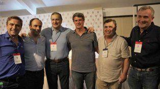 La cúpula radical más el ex ministro Prat Gay posan en el encuentro de Villa Giardino.