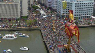 Delirio. Las agrupaciones no oficiales abrieron ayer la fiesta desfilando por la avenida Rio Branco.
