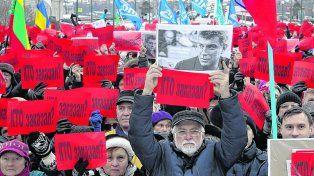 Homenaje póstumo. ¿Quién lo ordenó?, rezan los carteles de los manifestantes de San Petersburgo.