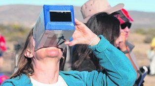 camarones. Los apasionados observadores se protegieron la vista.