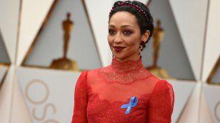 Ruth Negga fue una de las que utilizó el lazo azul en la noche de los Oscar.