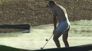 Golfista se queda en calzoncillos para hacer un mejor golpe desde el agua