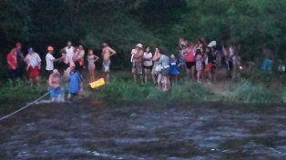 La intempestiva crecida de un río dejó varados a un grupo de turistas en un balneario