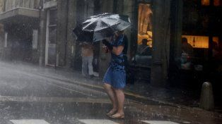 La lluvia se desató esta tarde en la ciudad e hizo descender la temperatura.