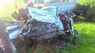 Destrozado. En la ruta 11, en el departamento San Justo, un camión chocó a un auto Suran, murieron 3 personas .