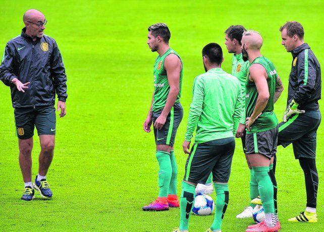 Paolo Montero explica. El entrenador pudo trabajar más tiempo en el armado del equipo. Sólo le quedan definir detalles para el debut.