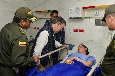 Diálogo. El presidente Santos visita a una joven herida en la explosión.