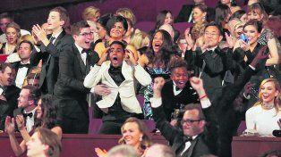 Sorpresa. El elenco de Luz de luna y su gran celebración cuando anunciaron que ellos eran los ganadores del Oscar.