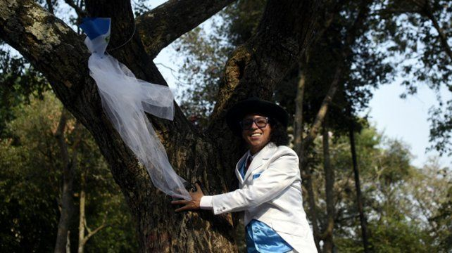 El actor peruano Richard Torres promueve la campaña Cásate con un árbol.