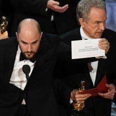 El productor de La La Land, Jordan Horowitz, revela el premio Oscar a Mejor Película. A la derecha, Warren Beatty.